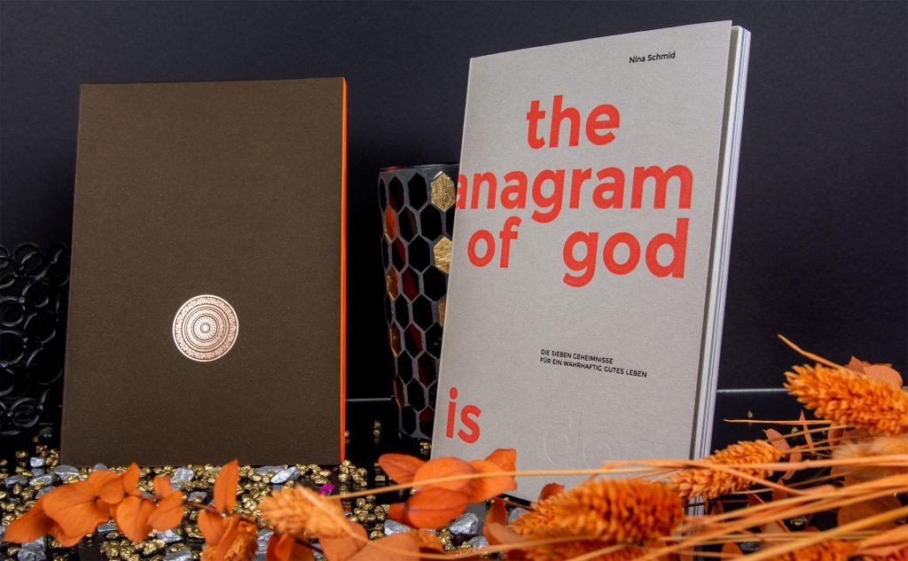 Zwei Bücher als kreative Bindearten mit einer Fadenheftung und als Eycatcher mit einem Neonorange im Letterpress sowie als Farbschnitt.